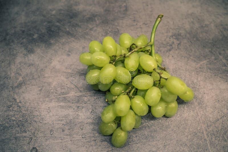 Raisins verts sur le compteur photos libres de droits