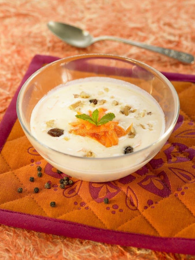 Raita da cenoura com raisins, nozes e mel imagens de stock royalty free