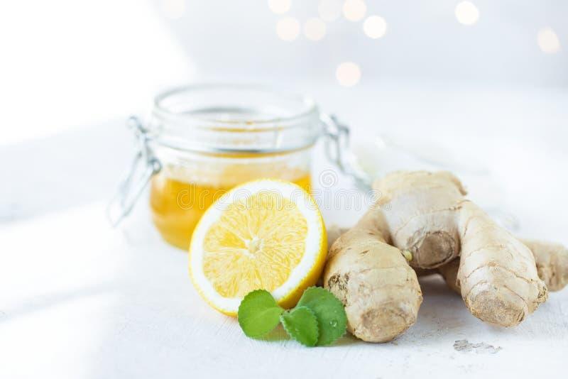 Raiz do gengibre, limão, mel, hortelã em um fundo branco foto de stock royalty free