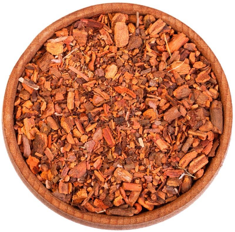 Raiz do Rubia Tinctorum em uma curva de madeira pequena isolada no branco fotografia de stock royalty free