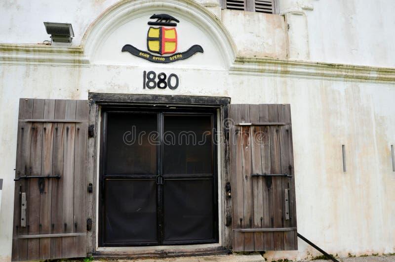 Rajá blanco del fuerte Margherita Kuching Sarawak Malaysia del emblema de la cresta de la familia de Sarawak Brooke fotos de archivo