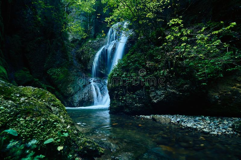 Raj dżungli las z piękną siklawą w zielonym bujny Erawan park w Kanchanaburi, Tajlandia Szmaragdowy staw i zdjęcia stock