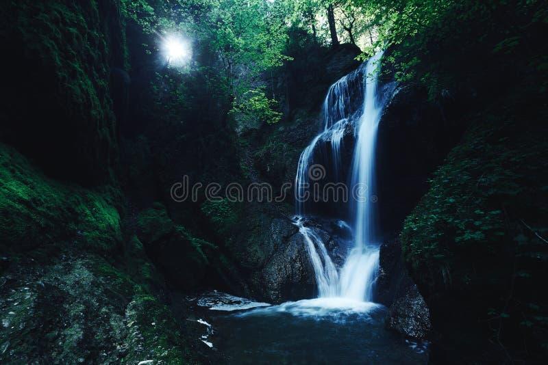 Raj dżungli las z piękną siklawą w zielonym bujny Erawan park w Kanchanaburi, Tajlandia Szmaragdowy staw i obraz stock