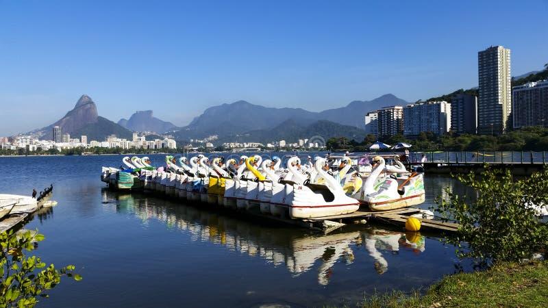 Raj dzieci, pedałowe łodzie w lagunie fotografia stock