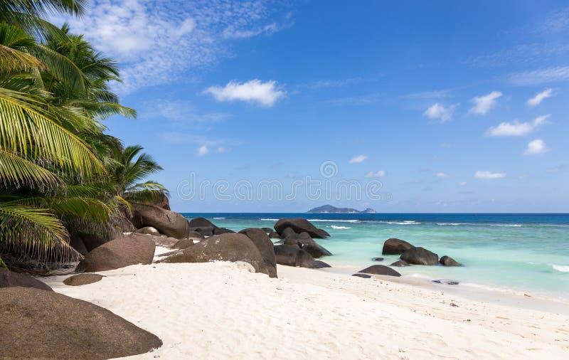 Raj plaża na sylwetki wyspie, Seychelles zdjęcie royalty free