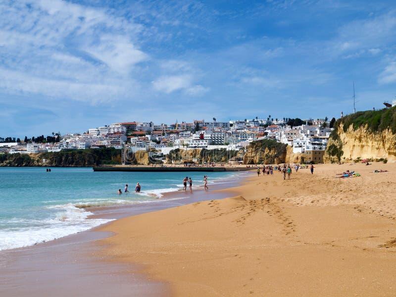Raj plaża z widokiem na Albufeira mieście w Portugalia obraz stock
