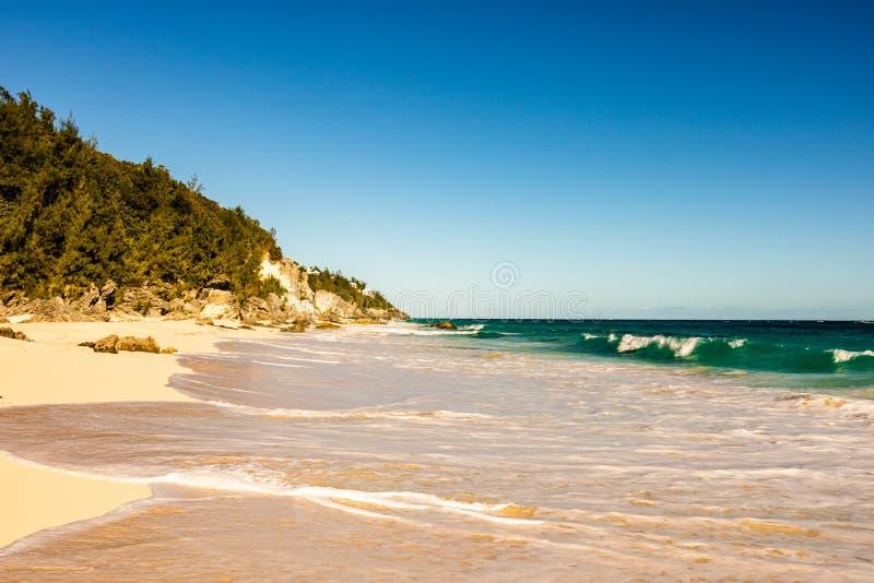 Raj podróży miejsce przeznaczenia plaża w Hamilton, Bermuda Łokieć plaża z złotym piaskiem i pięknym zmierzchem obraz royalty free