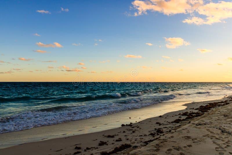 Raj podróży miejsce przeznaczenia plaża w Hamilton, Bermuda Łokieć plaża z złotym piaskiem i pięknym zmierzchem fotografia stock