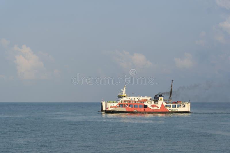 Raja Ferry que transporta pasajeros, los coches y las mercancías del embarcadero de Donsak isla al puerto de Samui y de Phangan,  imagen de archivo