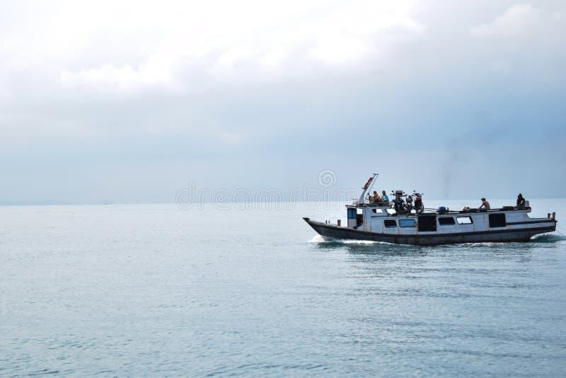 RAJABASA, BANDAR LAMPUNG, INDONESIË 03 JULI, 2018: Niet geïdentificeerde leden van een boot op kust in Sebesi-eiland, Indonesië royalty-vrije stock fotografie
