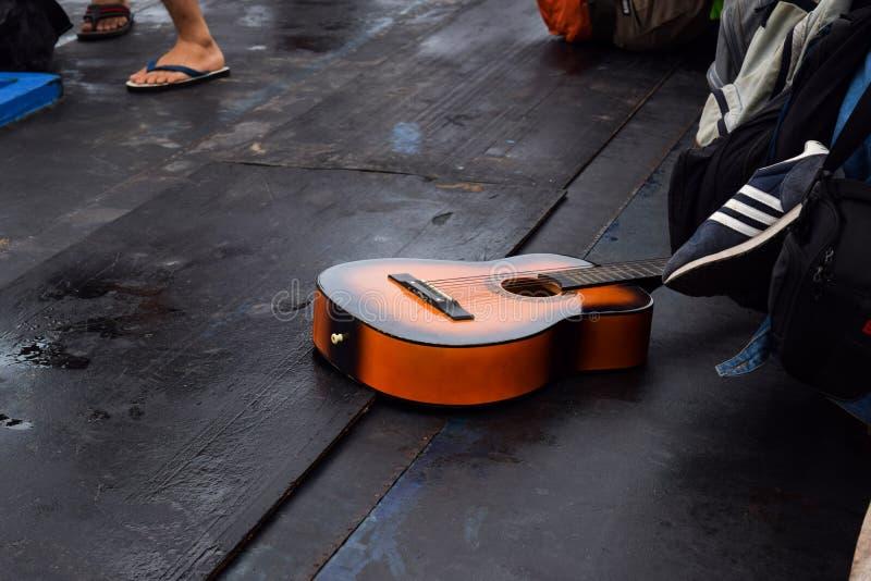RAJABASA, BANDAR LAMPUNG, INDONESIA 3 DE JULIO DE 2018: El color marrón de la guitarra estaba en el barco en la isla de Sebesi, I fotografía de archivo