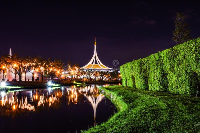 Rajamangala Hall i natten på allmänhet parkerar arkivfoto