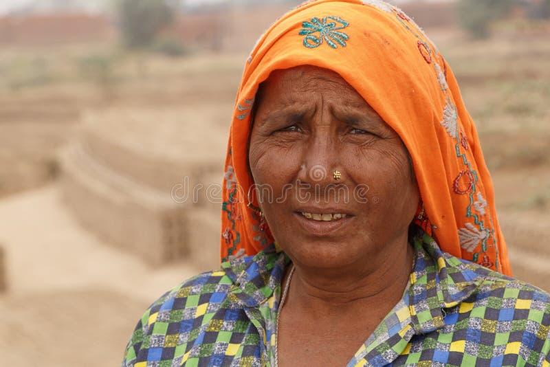 RAJASTHAN, ÍNDIA - 16 DE MARÇO DE 2018: Mulher indiana que trabalha na fábrica do tijolo imagens de stock royalty free
