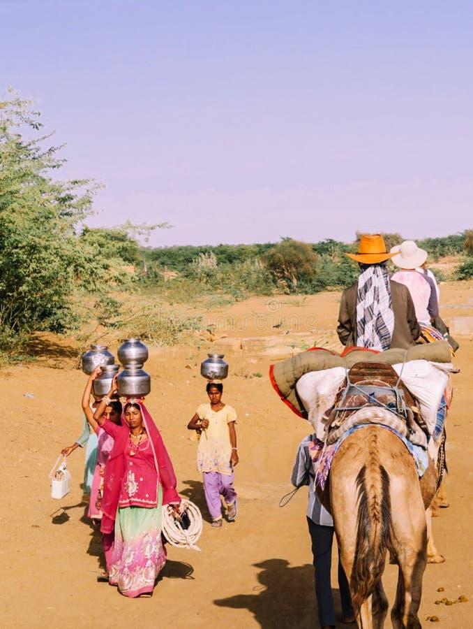 Rajasthan/Indien, 03 20 2017, indische Frauen, die Wasser von Wel erhalten lizenzfreie stockfotografie
