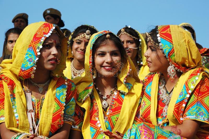 Rajasthani学校女孩准备公平地跳舞perfomance在Pushkar骆驼 图库摄影