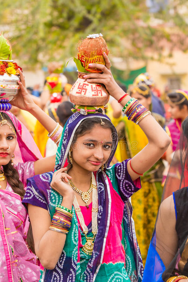 Rajasthani flicka som bär en kruka royaltyfria bilder