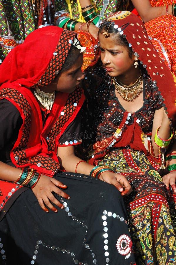 Rajasthani junge Frauen bereiten vor sich, am angemessenen Feiertag des Kamels, Indien zu tanzen lizenzfreies stockfoto
