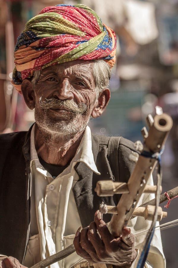 Rajasthani mężczyzna jest ubranym tradycyjnego kolorowego turban zdjęcie royalty free
