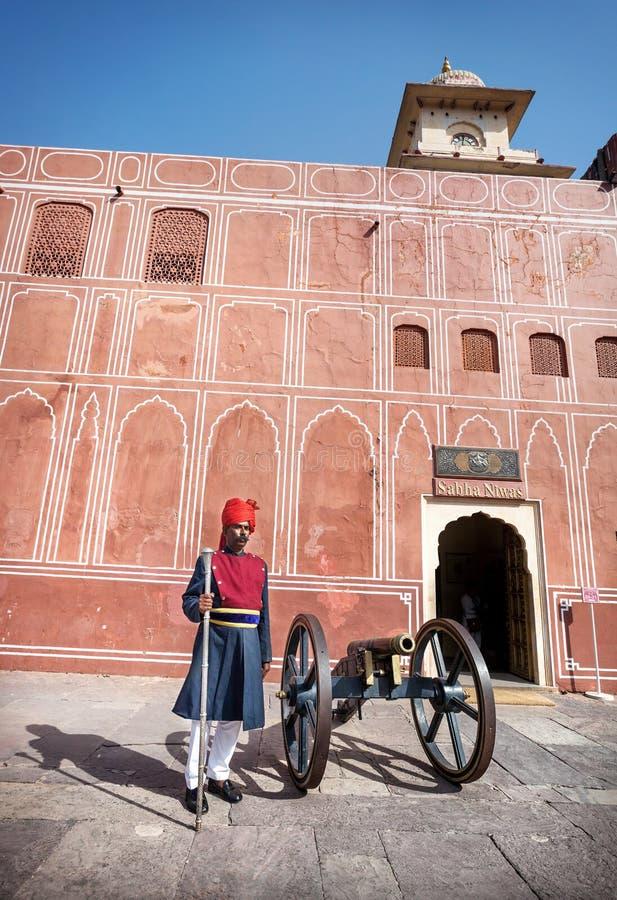 Rajasthani mężczyzna w turbanie blisko działa zdjęcie royalty free