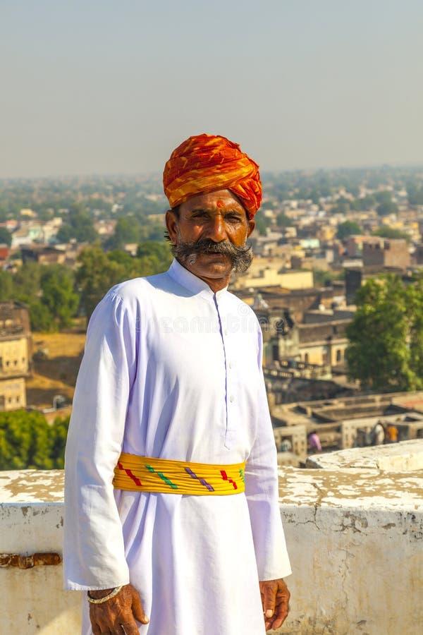Rajasthani mężczyzna z jaskrawym pomarańczowym turbanem i sumiastym wąsy obraz stock