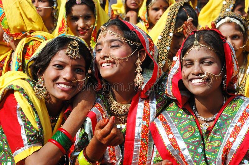 Rajasthani Schulmädchen Bereiten Vor Sich, Leistung Zu Tanzen Redaktionelles Foto