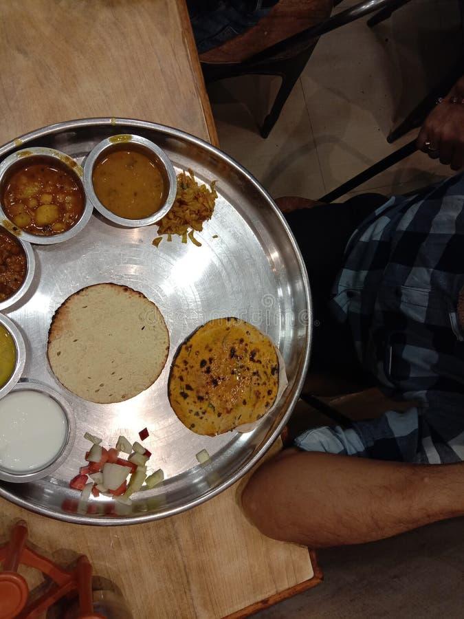 Rajasthani thali美食由Raipur India酒店和88餐厅供应 免版税库存照片