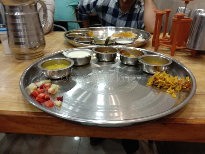 Rajasthani thali美食由Raipur India酒店和88餐厅供应 库存图片