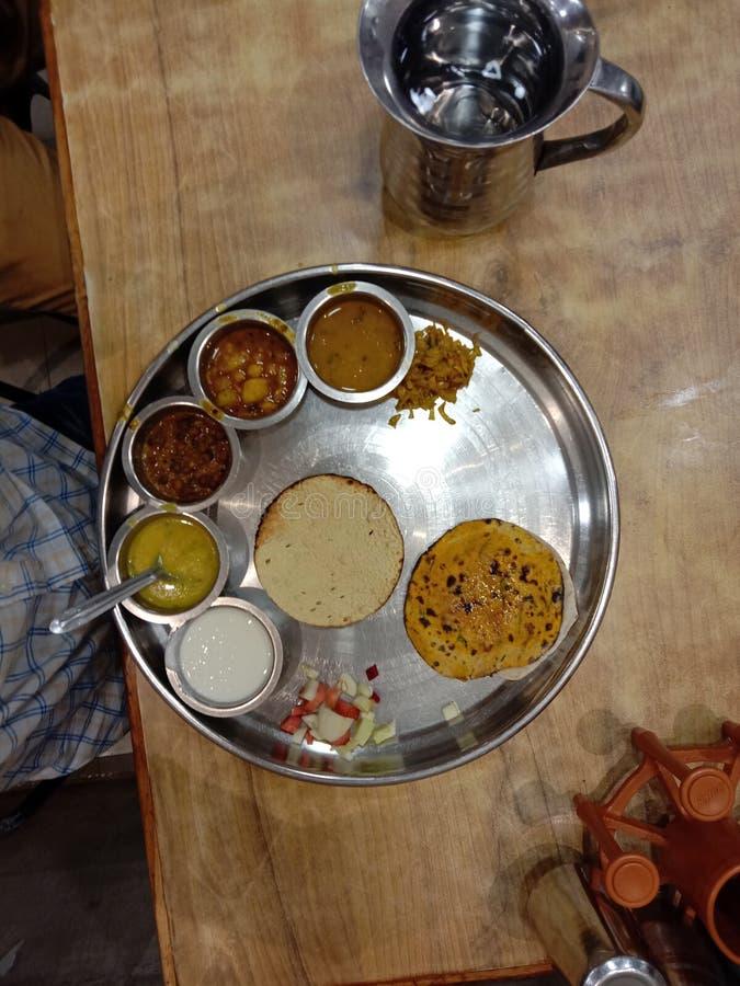 Rajasthani thali美食由Raipur India酒店和88餐厅供应 免版税图库摄影