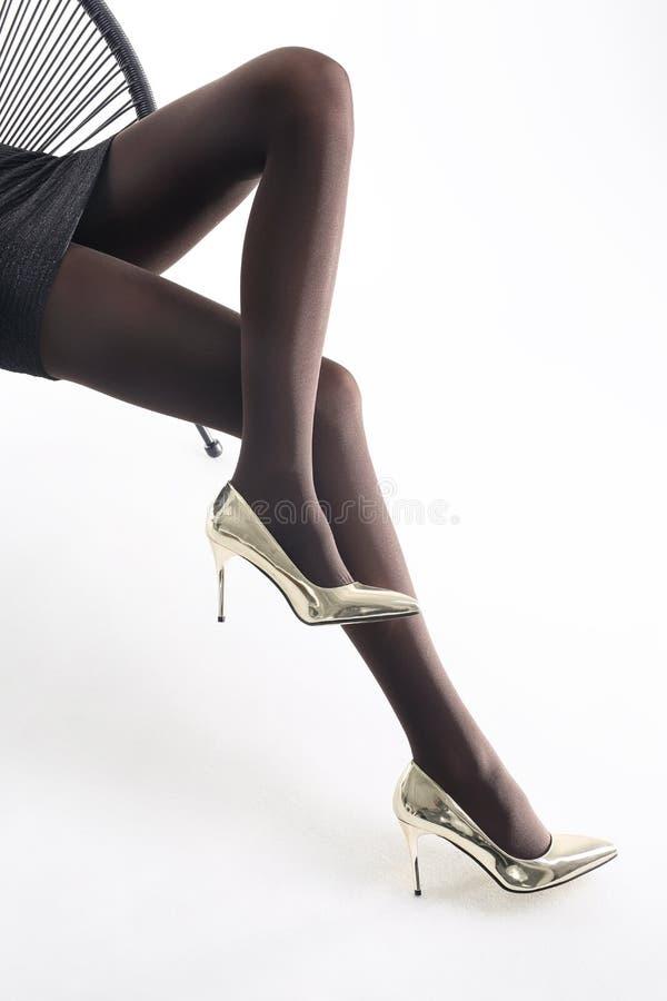 rajstopy Foremne kobiet nogi w pantyhose i szpilkach zdjęcia royalty free