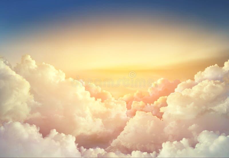 raju nieba tło z wielkim chmury pasmem zdjęcia stock
