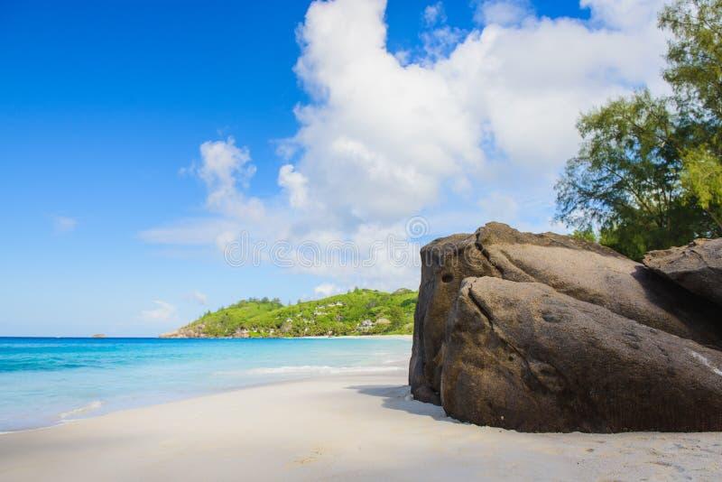 Raju widok Seychelles plaża z skałami obrazy stock