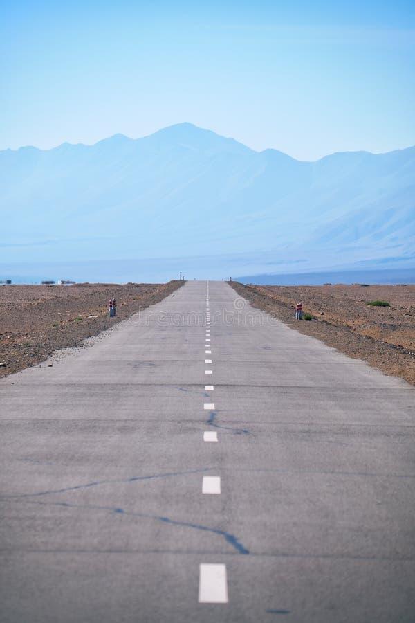 Rak huvudvägväg för tom asfalt i Mongoliet mellan mongolian städer Khovd och Altai royaltyfria foton