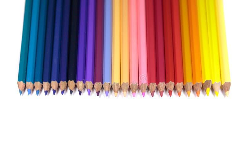 Rak linje av färgblyertspennor för ungar som isoleras på ren vit B arkivbild