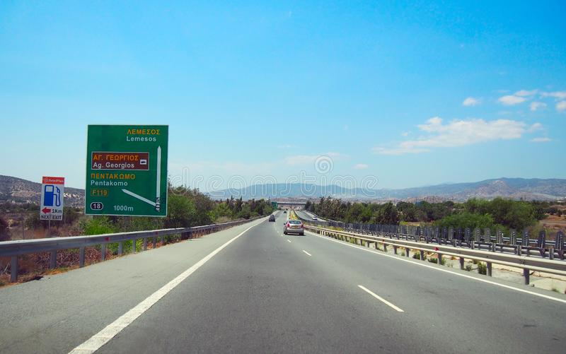 Rak motorway i Cypern med vägmärket royaltyfri fotografi