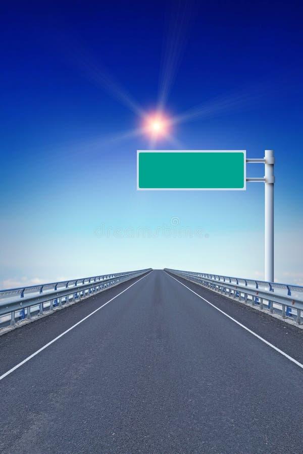Rak motorway med ett tomt vägmärke vägledande stjärna royaltyfria bilder