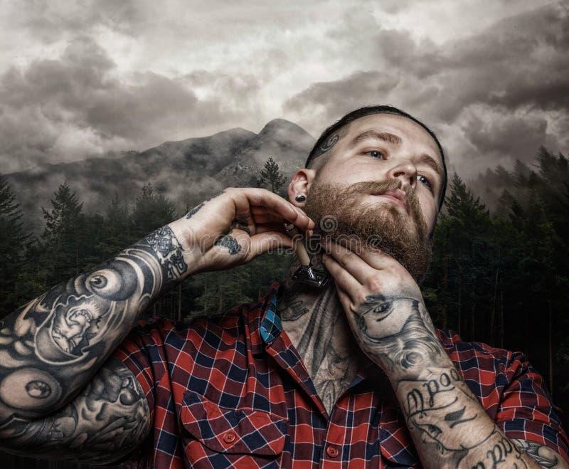 Raka den brutala tatuerade mannen arkivbild