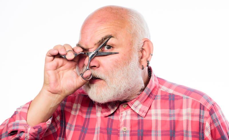 Raka hjälpmedelsatsen mogen skäggig man som isoleras på vit klippt hår med sax den orakade gamala mannen har mustaschen och skägg fotografering för bildbyråer