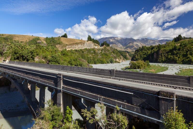 RAKAIA-FLODEN, CANTERBURY PLAINS/NYA ZEELAND - FEBRUARI 25: Sikt av den moderna bron över den Rakaia floden i Nya Zeeland på arkivfoto