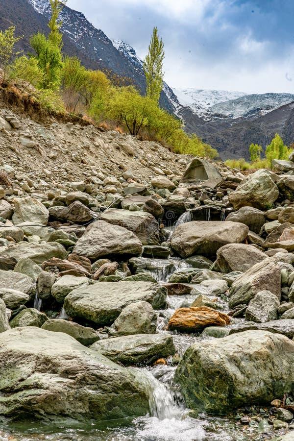 Rakaposhi-Standpunktbereich mit kleinem Wasser strömt Betrieb auf Felsen stockfotos