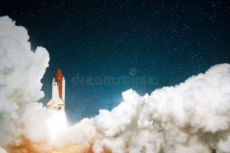 Raket tar av i den stj?rnklara himlen Rymdskeppet b?rjar beskickningen Loppet till f?rd?rvar begrepp Rymdf?rja som tar av p? en b royaltyfri foto