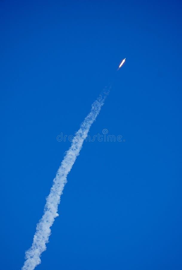 Raketlancering op een duidelijke blauwe zonnige hemeldag stock afbeelding