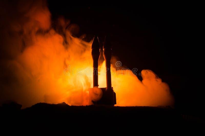 Raketlansering med brandmoln Kärn- missiler med stridsdelen siktade på dyster himmel på natten Balistic Rockets War Backgound Vär royaltyfria bilder