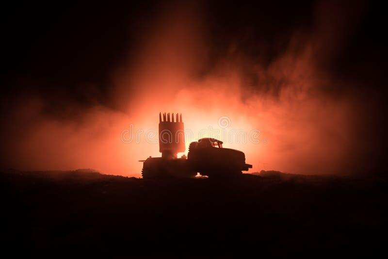 Raketlansering med brandmoln Stridplatsen med raketmissiler med stridsdelen siktade på dyster himmel på natten Raketmedel på krig royaltyfri fotografi