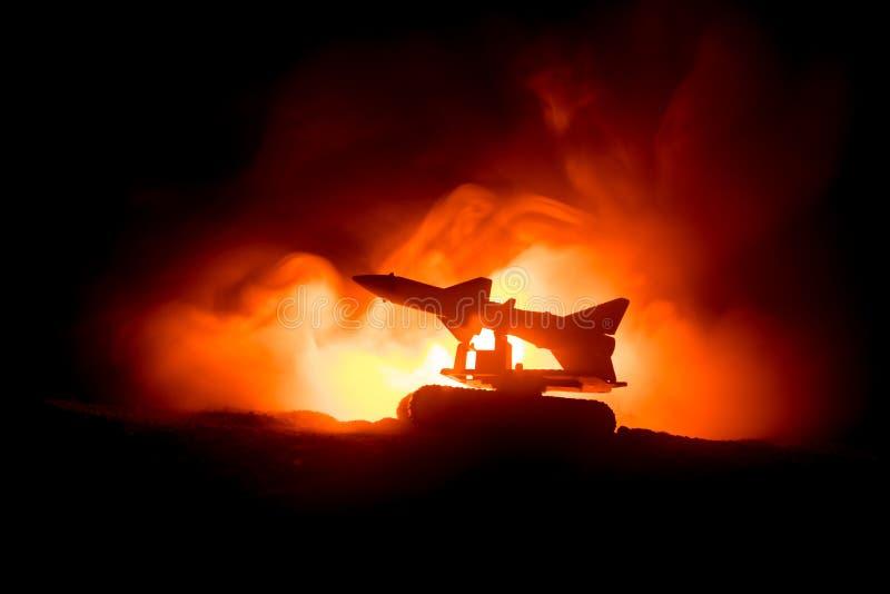 Raketlansering med brandmoln Stridplatsen med raketmissiler med stridsdelen siktade på dyster himmel på natten Raketmedel på krig arkivbild