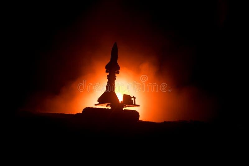 Raketlansering med brandmoln Stridplatsen med raketmissiler med stridsdelen siktade på dyster himmel på natten Raketmedel på krig royaltyfria bilder