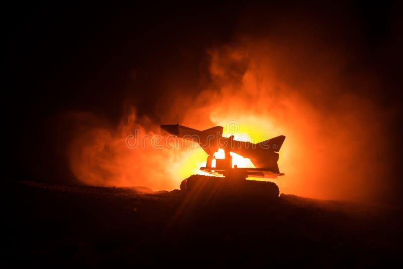 Raketlansering med brandmoln Stridplatsen med raketmissiler med stridsdelen siktade på dyster himmel på natten Raketmedel på krig royaltyfri foto
