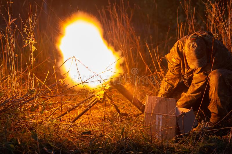 Raketlansering med brandmoln Stridplatsen med raketmissiler med stridsdelen siktade på dyster himmel på natten selektivt arkivbilder