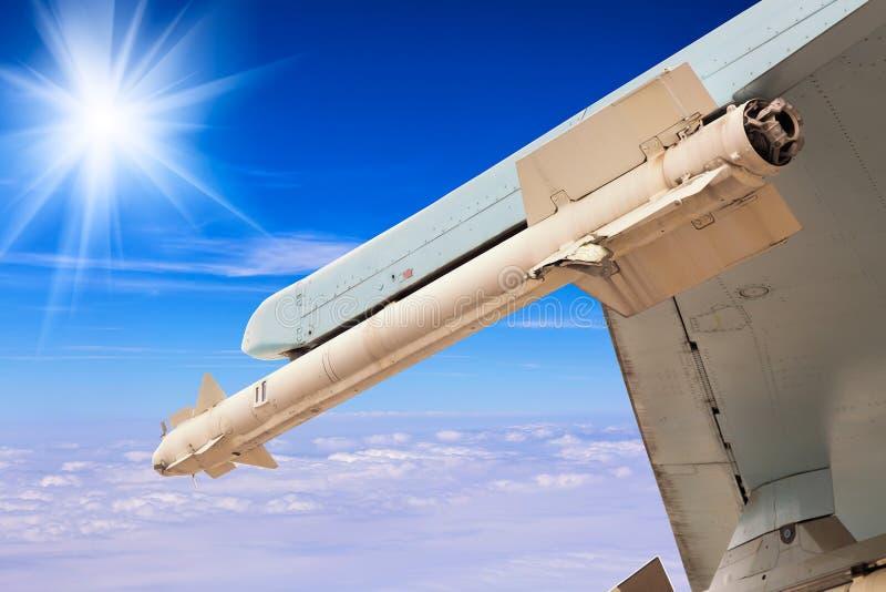 Raketmissil av jaktflygplanflygplanet över blå himmel med moln Krig- eller invasionbegrepp arkivfoto