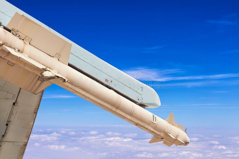 Raketmissil av jaktflygplanflygplanet över blå himmel med moln Krig- eller invasionbegrepp royaltyfri bild