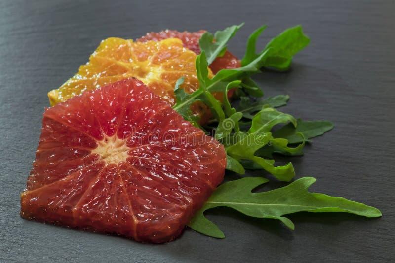 Raketsalade met sinaasappelen en grapefruit op een plaat royalty-vrije stock afbeelding